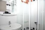 Deniz Manzaralı Üç Kişilik Odalarımızın Banyosu