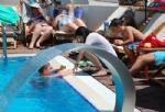 Havuz Kenarında Güneşlenme Keyfi